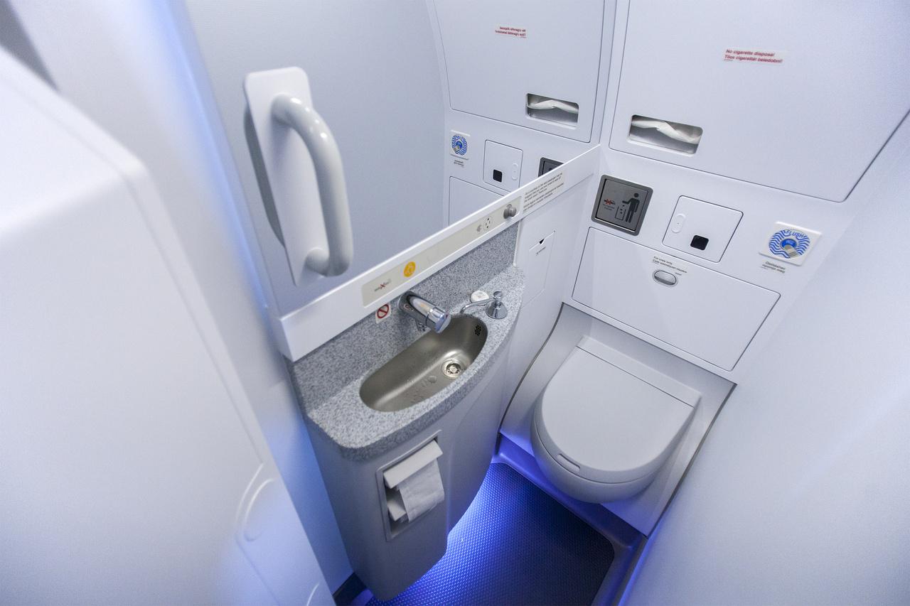 És milyen lett így a WC? Szűk. Nagyon szűk. Mivel  elég körülményes megfordulni benne, ezért már vagy eleve tolatva menjünk be, vagy tolatva jöjjünk ki. Aki nagyobb helyre vágyik, használja a harmadik mosdót a gép elejében, az nem változott.