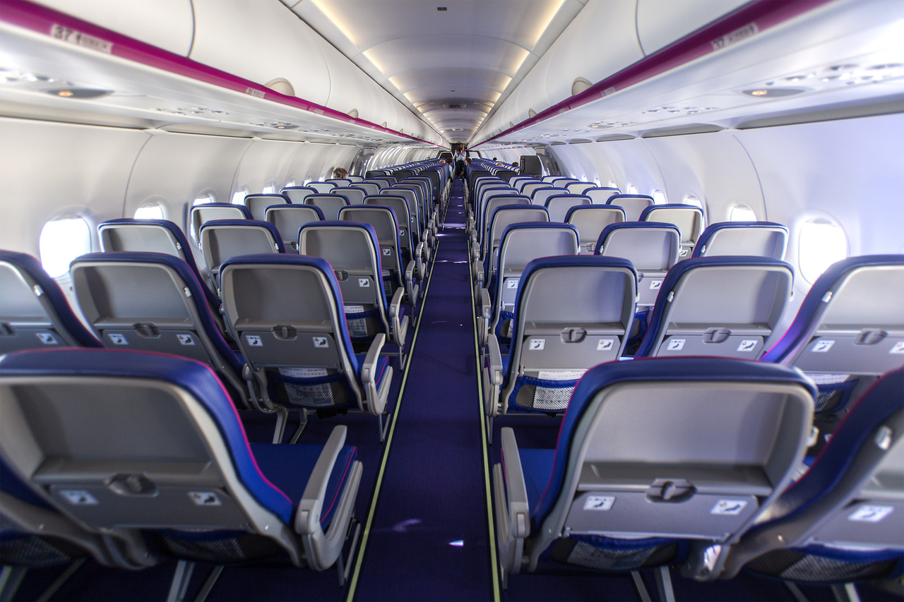"""A repülőbe sokkal könnyebb, vékony háttámlájú ülések kerültek, ami az utasoknak nagyobb helyet, a gépnek meg alacsonyabb üzemanyag-fogyasztást eredményez. A szék gyártója szerint """"a 25%-kal nagyobb lábtér nagyobb szabadságot biztosít az utasoknak"""", de ez természetesen a gyakorlatban nem ekkora áttörés, a 25 százalékos növekedés csak a térd és az üléstámla közötti helyre vonatkozik."""