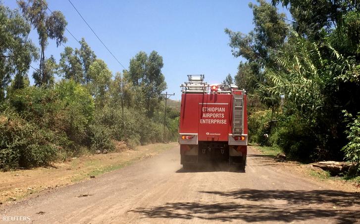 Tűzoltóautó indul a baleset helyszínére