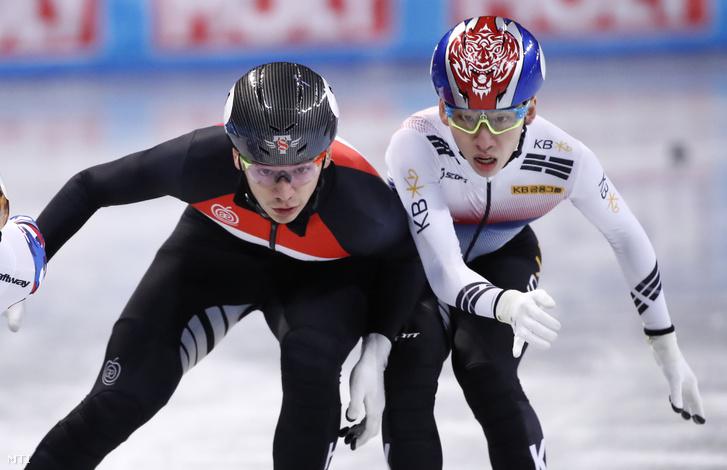 Liu Shaolin Sándor (b) és a koreai Rim Hjodzsun (j) a szófiai rövidpályás gyorskorcsolya világbajnokság férfi 1000 méteres elődöntőjében 2019. március 10-én.