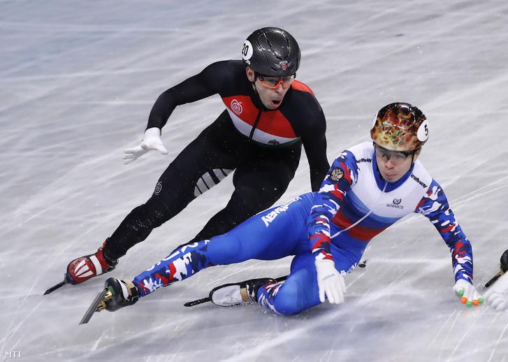 Burján Csaba (b) és az orosz Szemen Jelisztratov a szófiai rövidpályás gyorskorcsolya világbajnokság férfi 1000 méteres középdöntőjében 2019. március 10-én.