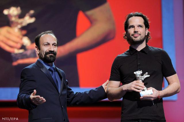 Fliegauf Benedek átveszi a Berlini Nemzetközi Filmfesztivál zsűrijének nagydíját  Asghar FarhádiI iráni rendezőtől zsűritagtól