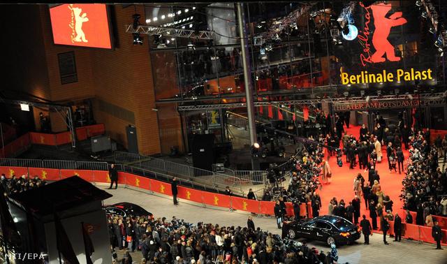 Vendégek érkeznek a 62. Berlini Nemzetközi Filmfesztivál a Berlinale díjkiosztójára a fesztiválpalotába.