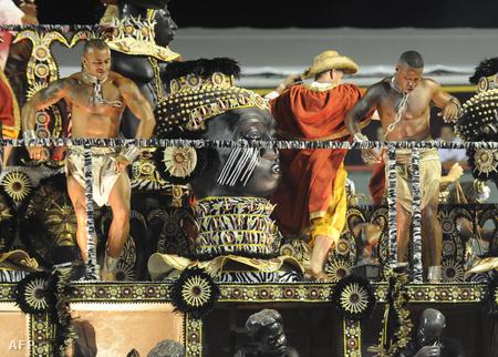 A Beija-Flor szambaiskola felvonulói rabszolgásdit játszanak a riói karneválon. Ahogy nézzük, a szambázás mellett gyúrásra is marad idejük