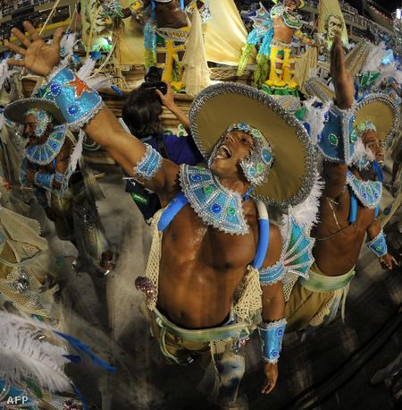 Az Imperatriz szambaiskola performansza a riói karneválon