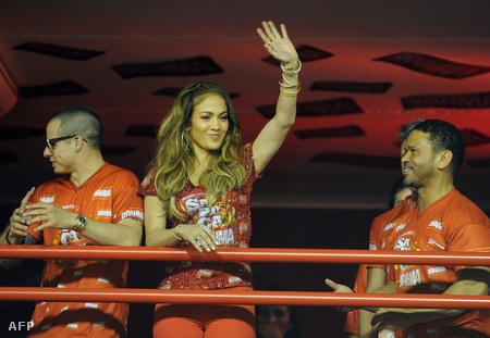 Jennifer Lopez integet - éppen a riói karnevált nézi