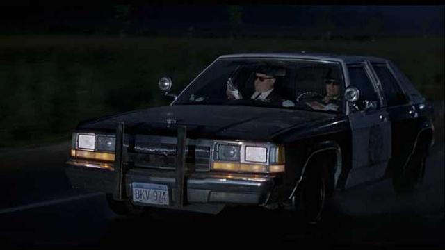 A Blues Brothers 2000 Bluesmobile-ja, John Goodmannal az anyósülésen