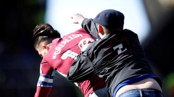 Egy pályára rohanó néző ököllel ütötte az Aston Villa csapatkapitányát