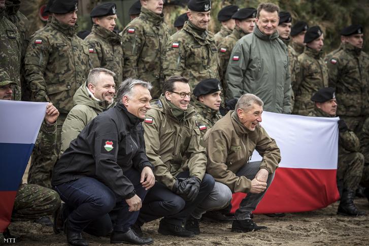 A Miniszterelnöki Sajtóiroda által közzétett képen Peter Pellegrini szlovák, Orbán Viktor magyar, Mateusz Morawiecki lengyel, és Andrej Babis cseh miniszterelnök (b-j) katonák között a a Varsó Wesola kerületében rendezett ünnepségen, amelyet abból az alkalomból rendeztek, hogy hogy Magyarország, Lengyelország és Csehország húsz, Szlovákia pedig tizenöt éve csatlakozott a NATO-hoz.