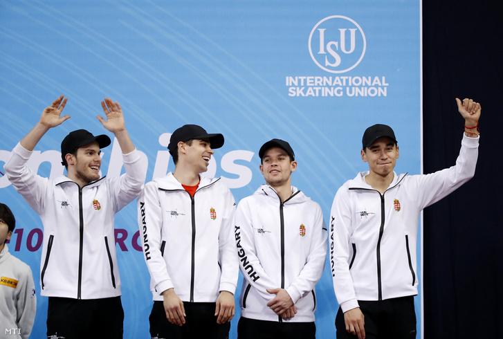 Varnyú Alex, Burján Csaba, Krueger Cole és Liu Shaolin Sándor (b-j), a bronzérmes magyar férfi váltó tagjai a dobogón a szófiai rövidpályás gyorskorcsolya világbajnokságon 2019. március 10-én.