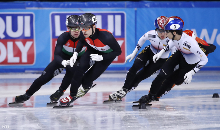 Krueger Cole (b) és Varnyú Alex (b2), a magyar csapat tagjai a szófiai rövidpályás gyorskorcsolya világbajnokság férfi váltójának döntőjében 2019. március 10-én. A magyar váltó a harmadik helyen végzett.