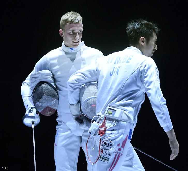 Andrásfi Tibor (b) miután kikapott a japán Minobe Kadzujaszutól (j) a budapesti WestEnd párbajtőr Grand Prix férfi versenyének elődöntőjében 2019. március 10-én.