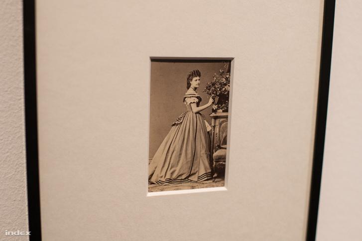 Görgei Berta (1850-1934) a hetvenes évek egyik leghódítóbb báli szépsége volt, sarkig érő aranyhaja miatt Loreley-nak nevezték. Első férje a szabadságharc végét jelentő fegyverletételről híres világosi kastély tulajdonosa, Bohus László volt. Második férje halála után évtizedekig Ausztriában adományokból élt, nyomorban halt meg.