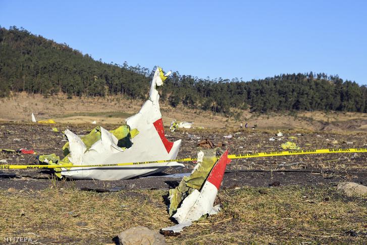 A lezuhent Boeing 737-es repülőgép roncsának darabjai az etióp fővárostól, Addisz-Abebától délkeletre fekvő Hedzserénél 2019. március 10-én.