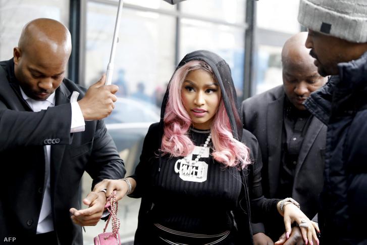 Minaj megérkezik a Tidal nevű streamingszolgáltató irodájához Oslóban, pár nappal az elmaradt francia fellépés előtt.