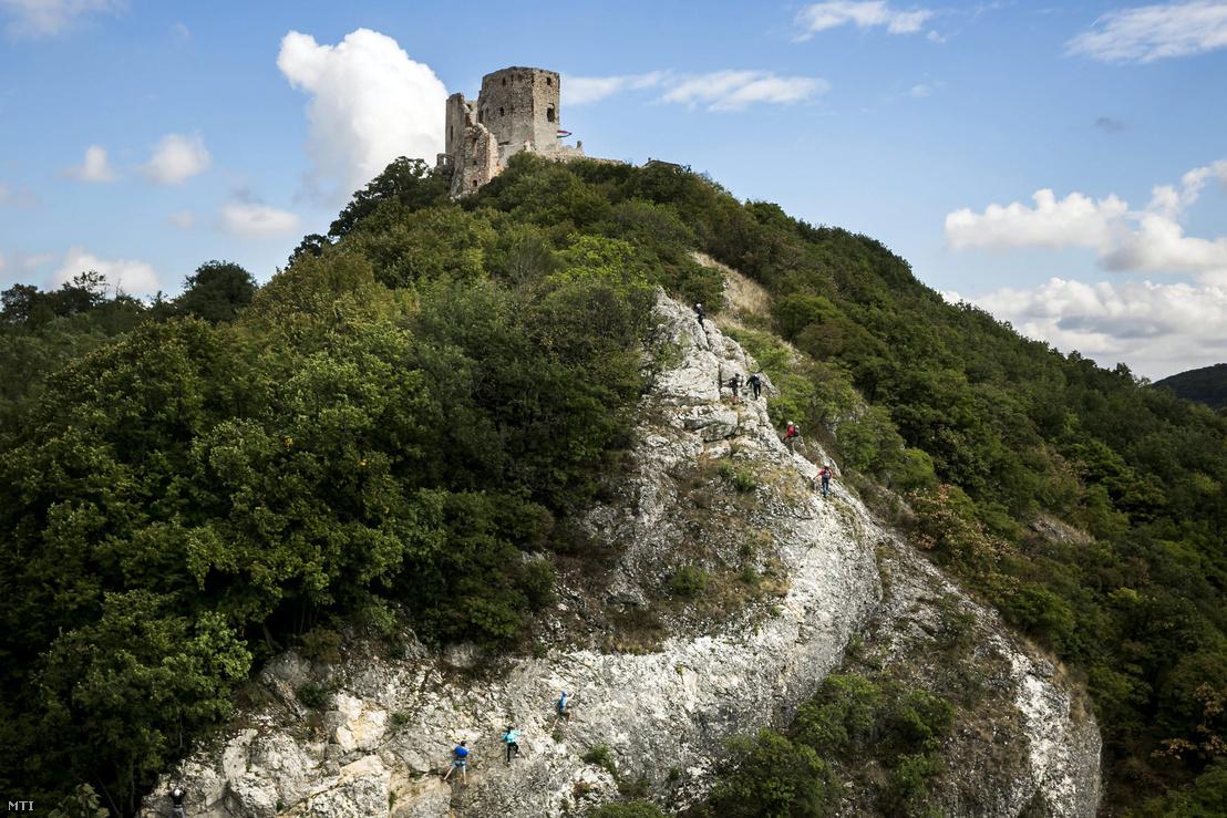 Túrázók az első magyarországi via ferratán, az úgynevezett vasalt úton a cseszneki várnál 2013. szeptember 21-én. Az augusztusban átadott sziklamászó falat a Kőmosó-szurdokban építették ki.