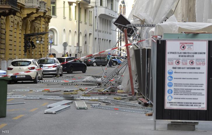 A viharos erejű szél miatt megrongálódott épületállványzat Budapesten, az Akadémia utcában 2019. március 11-én