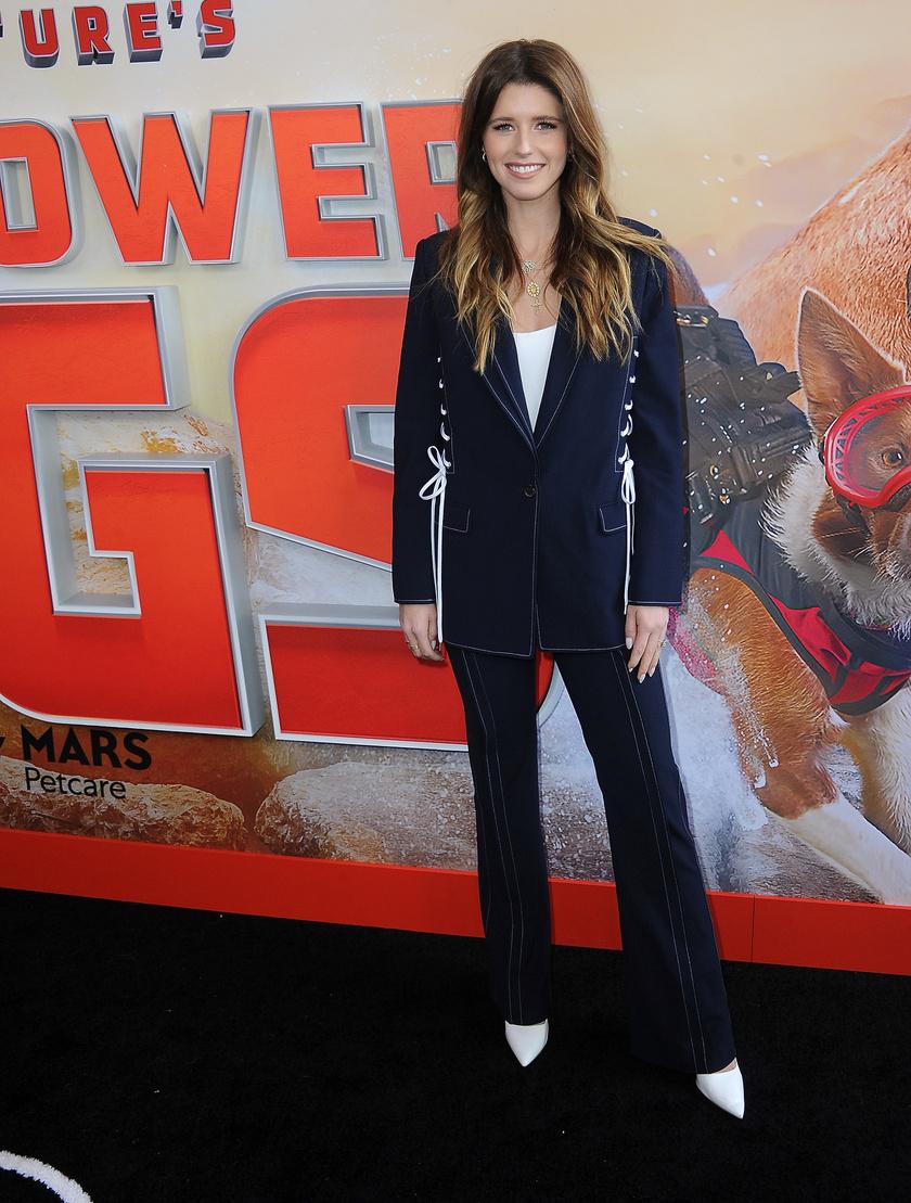 Tegnap a Superpower Dogs című film premierén kapták le a kutyarajongó sztárt.