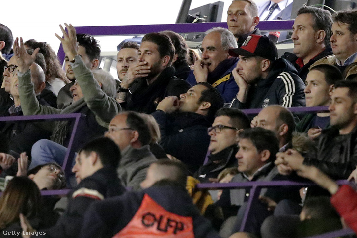 Sergio Ramos vasárnap Valladolidban a helyi csapat elleni meccsükön csak a tribünről nézhette a többieket eltiltása miatt, de azért elutazott velük