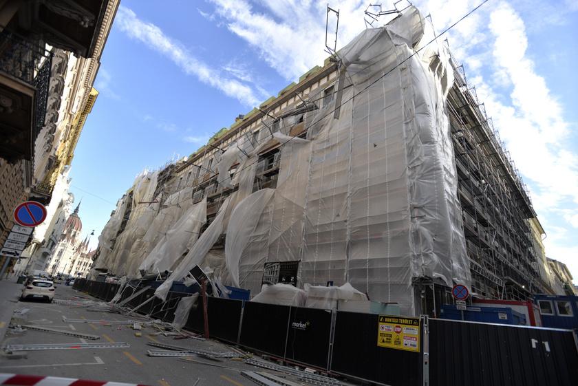 A viharos erejű szél miatt megrongálódott épületállványzat Budapesten, az Akadémia utcában 2019. március 11-én.