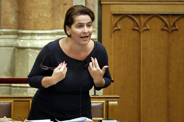 Varga-Damm Andrea jobbikos képviselő felszólal az Országgyűlés plenáris ülésén 2018. október 3-án.