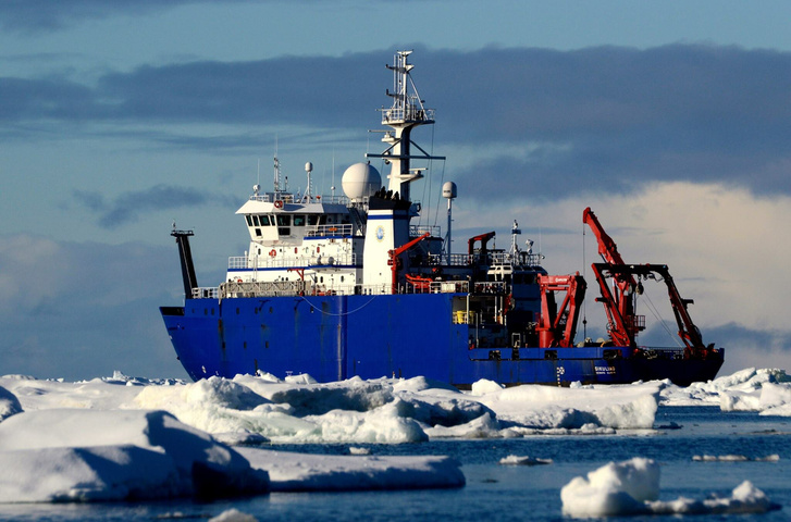 A kutatócsoport hajója az Északi-sarkon