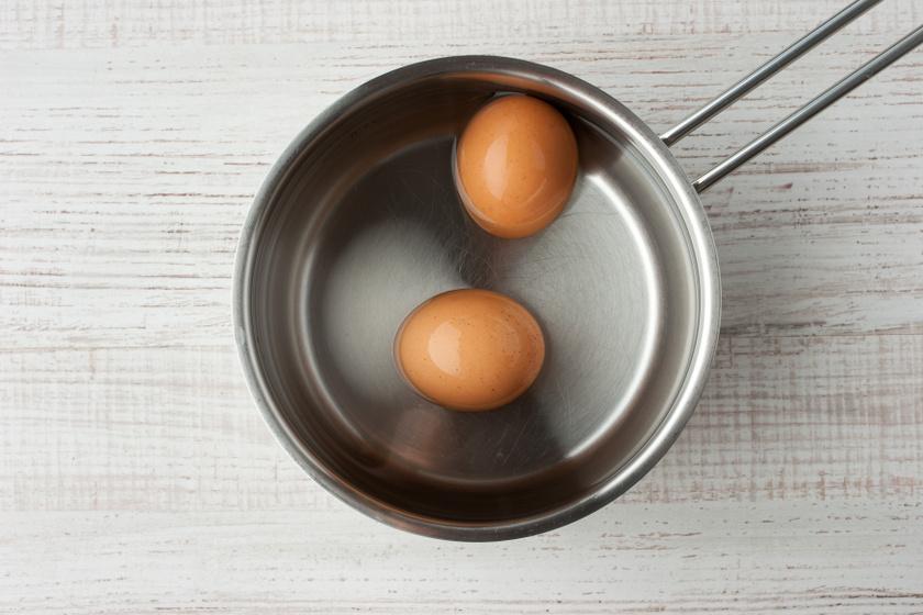 Kolin- és lecitintartalma miatt a tojás hasznos az agynak, különösen a memóriának. Alaposan elkészített, főtt tojássárgáját már nyolc-tíz hónapos kortól kaphat a kicsi. A fehérjét, mert allergén, még későbbre kell hagyni.