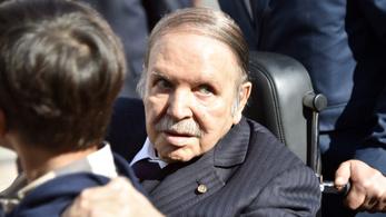 Nem indult el ötödszörre az elnök, aki ellen hetek óta tüntetnek Algériában
