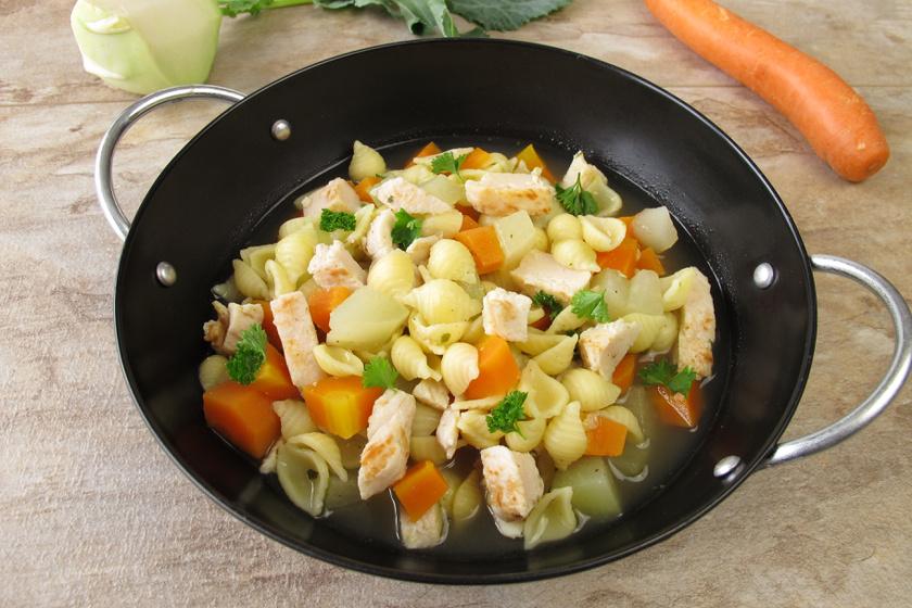 Tavaszi karalábéleves sokféle zöldséggel: könnyű, finom és nagyon sűrű