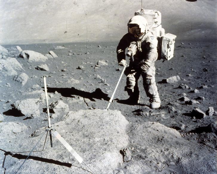Harrison Schmitt mintát gyűjt a Holdon az Apollo 17 küldetés alatt