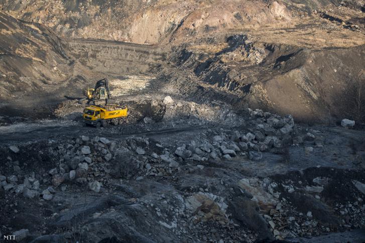 Meddő kőzetet rak teherautóra egy markológép a pécs-vasasi szénkülfejtésben 2019. február 19-én.