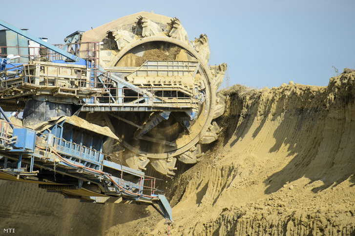 Marótárcsás kotrógép a Mátrai Erőmű Zrt. Keleti III. elnevezésű külszíni bányájában Aldebrő-Detk térségében 2015. szeptember 21-én.