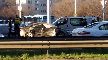 Felborult egy autó a Flórián térnél