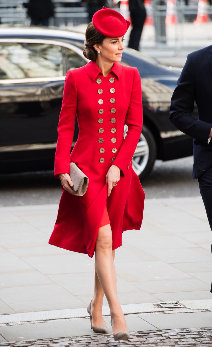 Katalin hercegnén istenien állt ez a piros ruha.