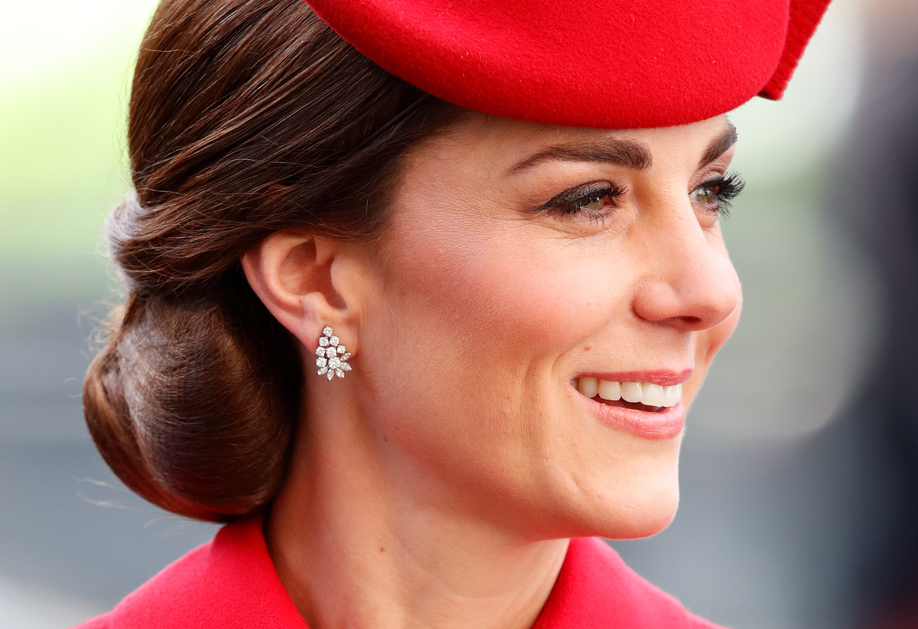 katalin-hercegne-piros-gombos-ruha-cover