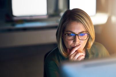szemüveg nő iroda monitor (1)