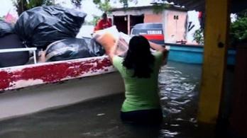 Ezreket menekítenek az árvíz elől Mexikóban