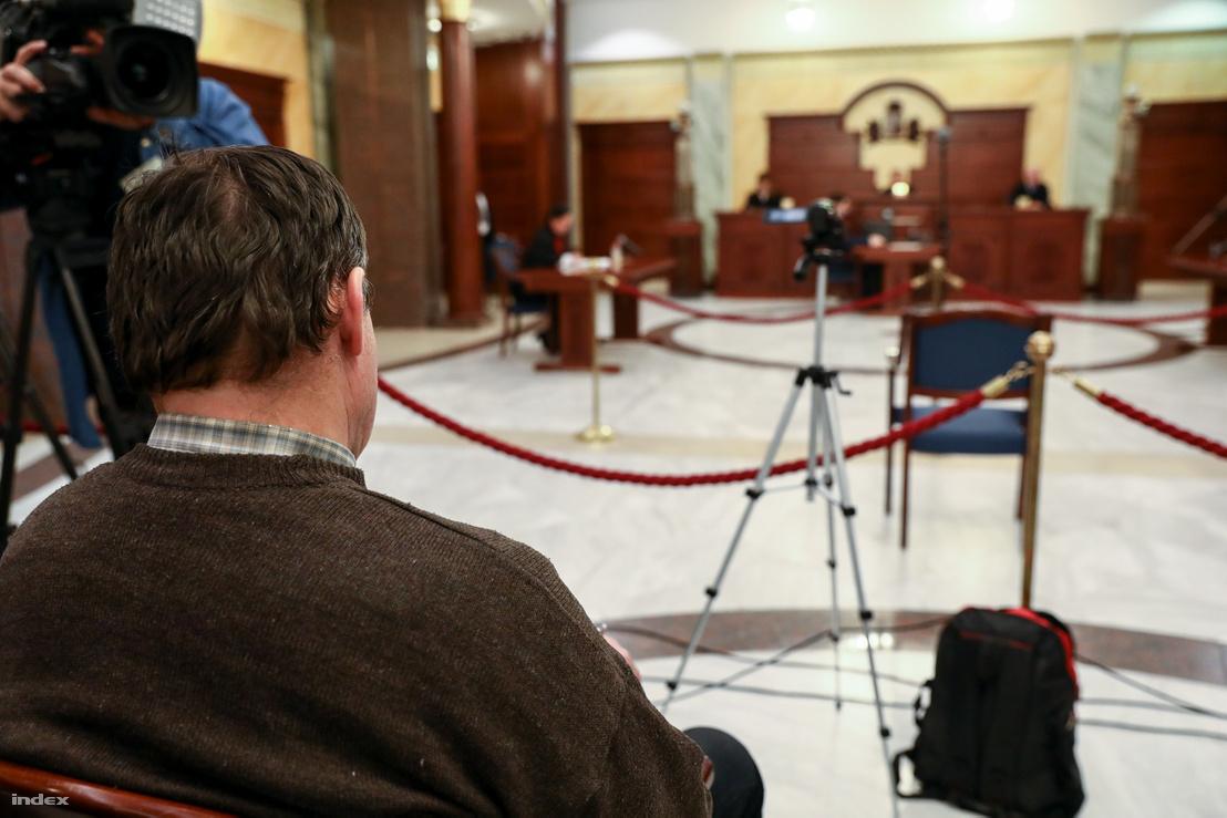 A vádlott édesapja hallgatja az ítélet indoklását