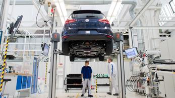 Több elektromos autót gyárt a Volkswagen, cserébe kirúgnak 20 ezer embert