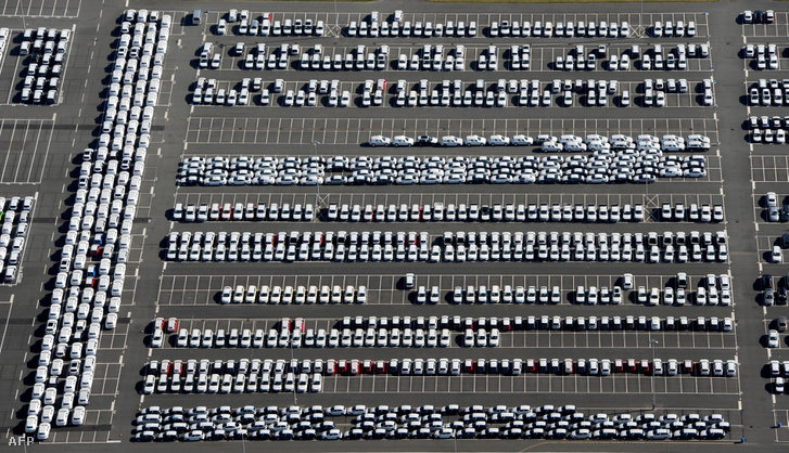Új autók a Volkswagen emdeni gyárának udvarán