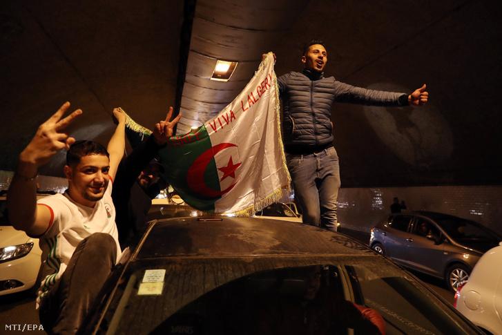 Utcán ünneplő emberek Algírban 2019. március 11-én, miután Abdel-Azíz Buteflika algériai elnök bejelentette, hogy elhalasztja az eredetileg áprilisra kitűzött elnökválasztást.