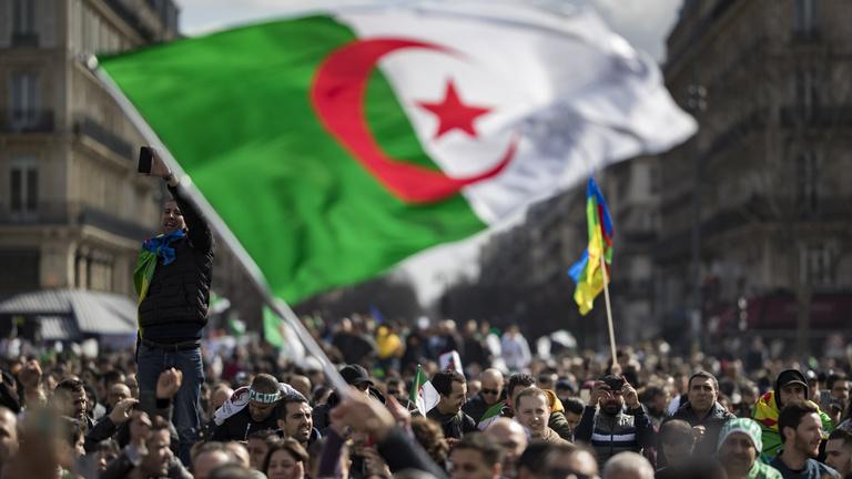 Milliók elégelték meg a politikai stróman uralmát