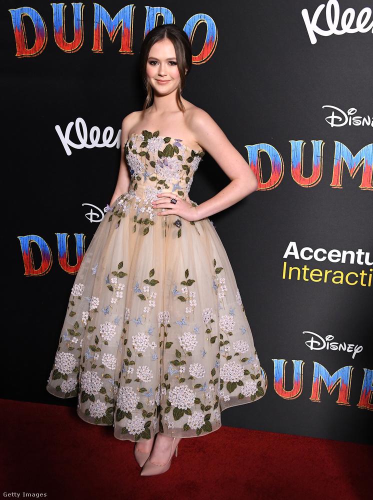 És mutatunk pár csini fiatal lányt: ő Olivia Sanabia színész-énekesnő egy elég királykisasszonyos ruhában.