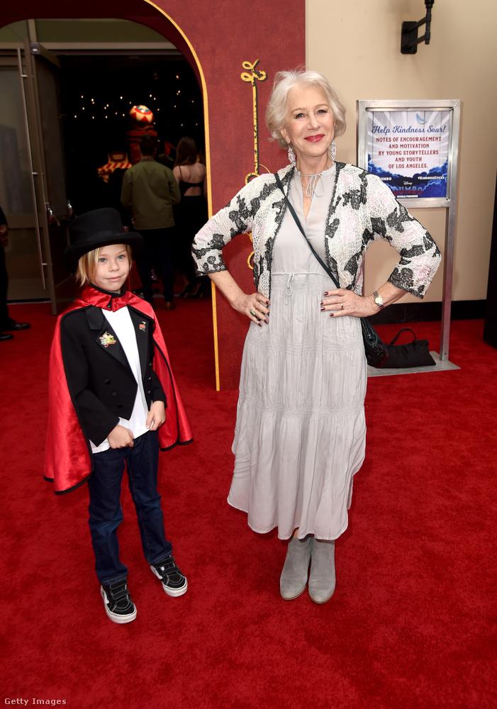 Itt Helen Mirren jófejkedik egy Waylon Hackford nevű gyerekkel.