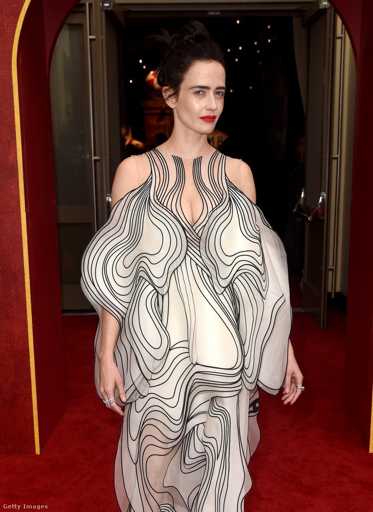 Úgy éreztük, hogy ezt a roppant komplikált, hipnotizálásra alkalmas ruhát egy közelebbi felvételen is meg kell mutatnunk.