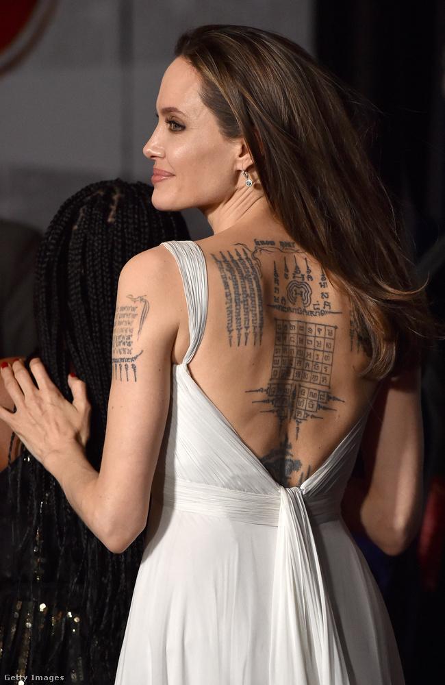 Ebben a fehér, kissé hálóingszerű ruhában Jolie a háttetoválását is jól megmutatta