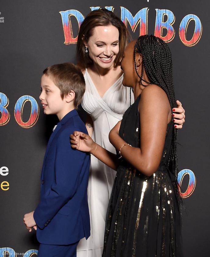Angelina Jolie itt terelgeti a gyerekeket.