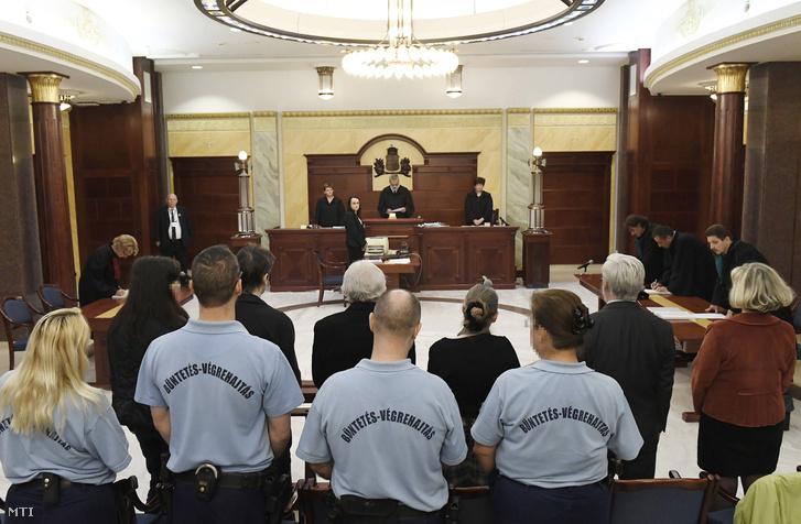Vádlottak hallgatják az ítélet indoklását a Fővárosi Ítélőtábla Markó utcai épületében 2017. április 27-én.