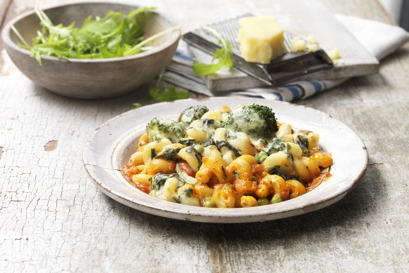 Egyszerű, brokkolis-sajtos tészta: a paradicsomos szósztól lesz még finomabb