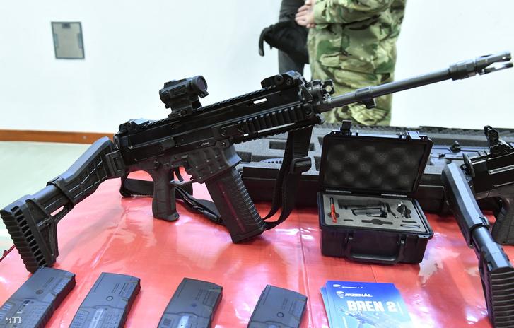 Cseh licensz alapján készült BREN 2 típusú gépkarabély a honvédség új fegyvereinek átadásán a Petőfi laktanyában 2018. december 11-én
